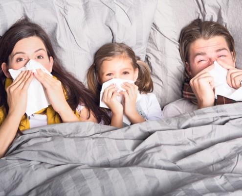 enfermos-resfriado-familia-en-cama